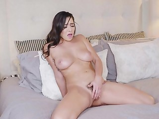 Karlee Age-old plays solo with her pussy
