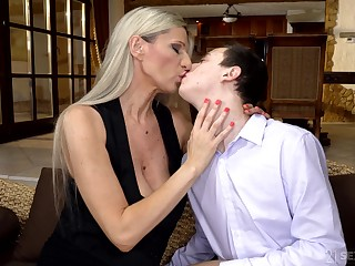 Hot mature leaves younger man to soak her pussy together with ass